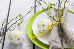 Regolazione della Tabella di Pasqua della primavera alla tavola di legno bianca Fotografia Stock Libera da Diritti