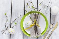 Regolazione della Tabella di Pasqua della primavera alla tavola di legno bianca Vista superiore Fotografie Stock