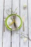 Regolazione della Tabella di Pasqua della primavera alla tavola di legno Vista superiore Fotografie Stock Libere da Diritti