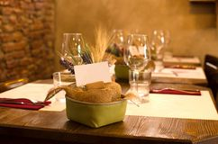 Regolazione della Tabella per la cena nel ristorante Immagine Stock Libera da Diritti