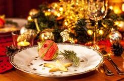 Regolazione della tavola del partito di cena di notte di Natale con le decorazioni Fotografie Stock Libere da Diritti