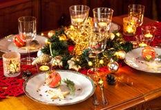 Regolazione della tavola del partito di cena di notte di Natale con le decorazioni Immagine Stock Libera da Diritti