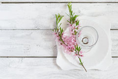 Regolazione della tavola della primavera, piatto bianco e vetro di vino decorati con Fotografia Stock Libera da Diritti