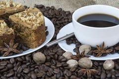 Regolazione della tavola di buffet della prima colazione continentale delle pasticcerie e del caffè immagini stock