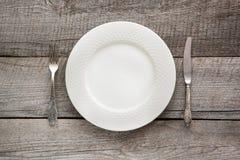Regolazione della tavola di eleganza sul bordo di legno Cena romantica Vista superiore Fotografia Stock