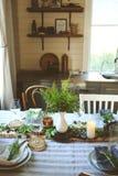 Regolazione della tavola di estate nello stile organico naturale con i dettagli fatti a mano nei toni verdi e marroni fotografia stock libera da diritti