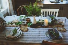 Regolazione della tavola di estate nello stile organico naturale con i dettagli fatti a mano nei toni verdi e marroni fotografia stock