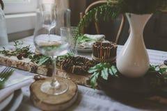 Regolazione della tavola di estate nello stile organico naturale con i dettagli fatti a mano nei toni verdi e marroni immagini stock