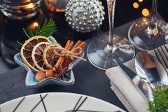 Regolazione della tavola di inverno con la decorazione di Natale Immagini Stock Libere da Diritti