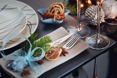 Regolazione della tavola di inverno con la decorazione di Natale Fotografie Stock Libere da Diritti