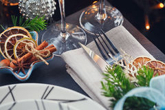Regolazione della tavola di inverno con la decorazione di Natale Immagini Stock