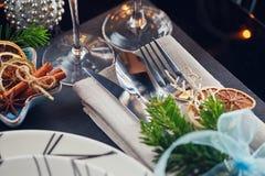 Regolazione della tavola di inverno con la decorazione di Natale Immagine Stock