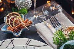 Regolazione della tavola di inverno con la decorazione di Natale Fotografia Stock Libera da Diritti