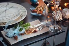 Regolazione della tavola di inverno con la decorazione di Natale Fotografia Stock