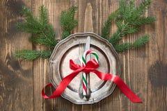 Regolazione della tavola di Natale con il bastoncino di zucchero e nastro rosso come la decorazione, le stoviglie d'annata, l'arg Immagini Stock Libere da Diritti