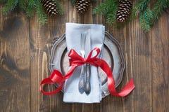 Regolazione della tavola di Natale con il bastoncino di zucchero e nastro rosso come la decorazione, le stoviglie d'annata, l'arg Immagine Stock