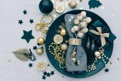 Regolazione della tavola di Natale con il regalo Vista superiore fotografia stock