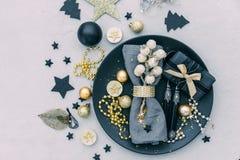 Regolazione della tavola di Natale con il regalo Vista superiore immagine stock libera da diritti