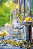 Regolazione della tavola di Natale con la bottiglia di champagne Fotografie Stock Libere da Diritti