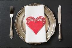 Regolazione della tavola di Natale con le decorazioni d'annata delle stoviglie, dell'argenteria e del cuore Fotografia Stock Libera da Diritti