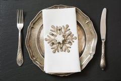 Regolazione della tavola di Natale con le decorazioni d'annata delle stoviglie, dell'argenteria e del fiocco di neve Fotografie Stock Libere da Diritti