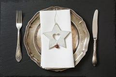 Regolazione della tavola di Natale con le decorazioni d'annata delle stoviglie, dell'argenteria e della stella Vista superiore Fotografia Stock Libera da Diritti