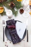 Regolazione della tavola di Natale con le decorazioni di natale sopra i tum di pietra grigi Immagini Stock Libere da Diritti