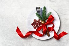 Regolazione della tavola di Natale con lo Sn dell'arco del nastro delle decorazioni di natale Immagini Stock