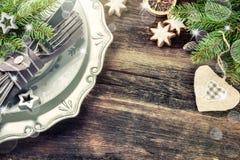 Regolazione della tavola di Natale dentro nel retro stile Fotografia Stock