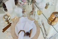 Regolazione della tavola di Natale, tavola festiva, stoviglie fotografia stock