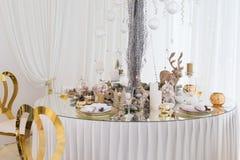Regolazione della tavola di Natale, tavola festiva, stoviglie immagine stock libera da diritti