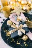 Regolazione della tavola di Natale nei toni dell'oro immagini stock