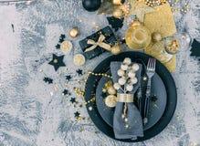 Regolazione della tavola di Natale prima della cena con le decorazioni del decorationsold dell'oro Fotografia Stock