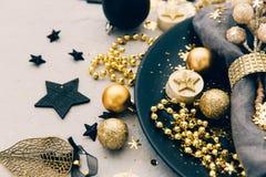 Regolazione della tavola di Natale prima delle decorazioni dell'oro del dinnerwith immagini stock libere da diritti