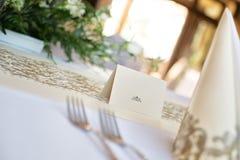 Regolazione della tavola di nozze nei toni di colore dell'crema-oro Immagine Stock