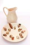 Regolazione della tavola di Pasqua con le uova ed il nido Immagini Stock Libere da Diritti