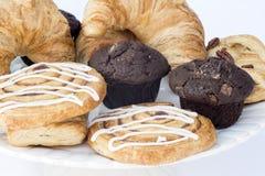 Regolazione della tavola di prima colazione continentale con le pasticcerie ed i dolci fotografia stock