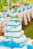Regolazione della torta e della tabella di cerimonia nuziale all'aperto Fotografia Stock