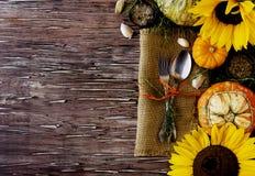 Regolazione di legno stagionale della tavola con le piccole zucche Immagini Stock Libere da Diritti