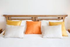 Regolazione di lusso della stanza con il letto ed i cuscini Fotografia Stock