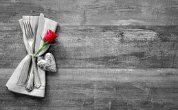 Regolazione di posto della tavola di giorno di biglietti di S. Valentino immagine stock