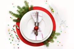 Regolazione di posto della tavola di Natale con le stoviglie, l'argenteria e la decorazione su bianco Vista superiore Fondo di fe Immagini Stock