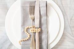Regolazione di posto della tavola di nozze con i piatti, la forcella ed il coltello, vista superiore fotografia stock libera da diritti