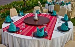 Regolazione di posto fine della tabella di pranzo del ristorante fotografie stock libere da diritti