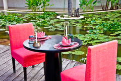 Regolazione di posto fine della tabella di pranzo del ristorante fotografia stock libera da diritti