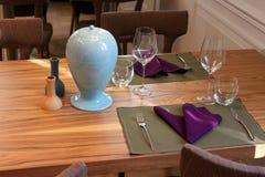 Regolazione di posto fine della tabella di pranzo del ristorante Immagine Stock