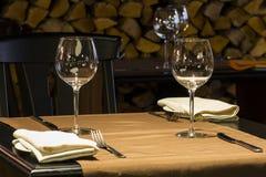 Regolazione di posto fine della tavola di cena del ristorante fotografie stock libere da diritti