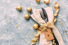 Regolazione di posto di Natale con il nastro dorato Immagine Stock