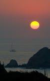 Regolazione di Sun sopra la linea costiera fotografie stock libere da diritti