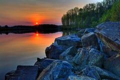 Regolazione di Sun su un lago Fotografia Stock